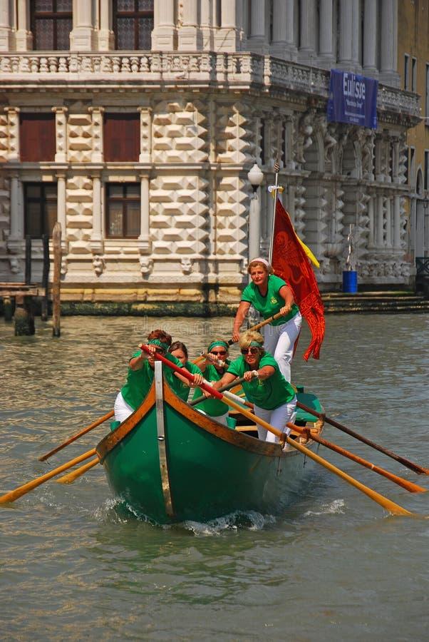 Ein alles weibliches Team von Bootsruderern während des Vogalonga-Regattafestivals in Venedig, Italien lizenzfreie stockfotos
