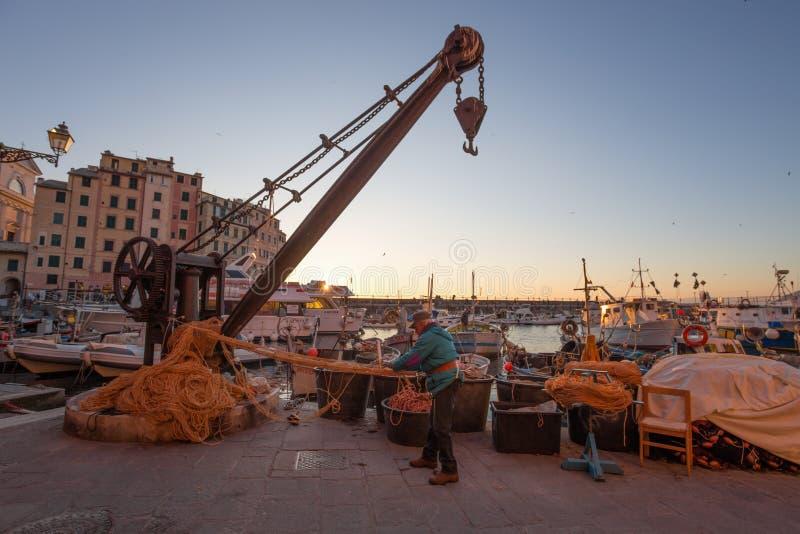 Ein alter Fischer vereinbart sein Fischernetz in Camogli, Genoa Genova Province, Ligurien, Mittelmeerküste, Italien stockfotos