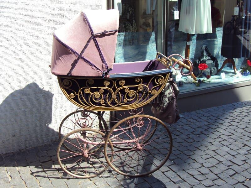 Ein alter Kinderwagen als Dekoration in Konstanz lizenzfreies stockbild