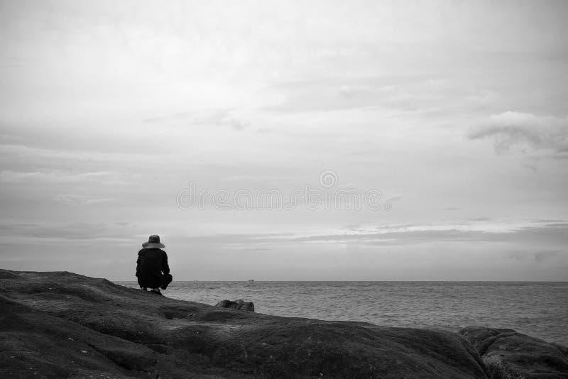 Ein alter Mann fischt nahe dem Strand morgens stockfotos