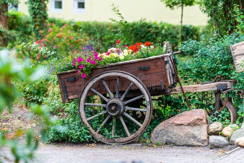 Ein alter Pferdewagen mit Blumen auf ihm lizenzfreie stockfotos
