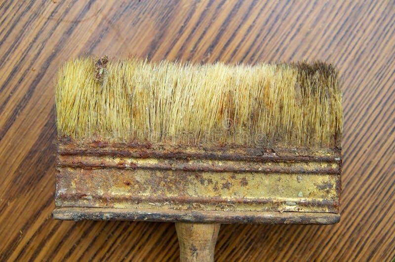 Ein alter Pinsel ist das Werkzeug eines Erbauers lizenzfreie stockbilder