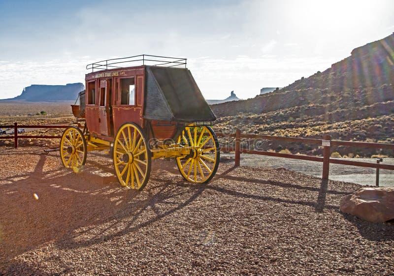 Ein alter roter Stagecoach ist auf Anzeige im Bogen-Nationalpark lizenzfreies stockfoto
