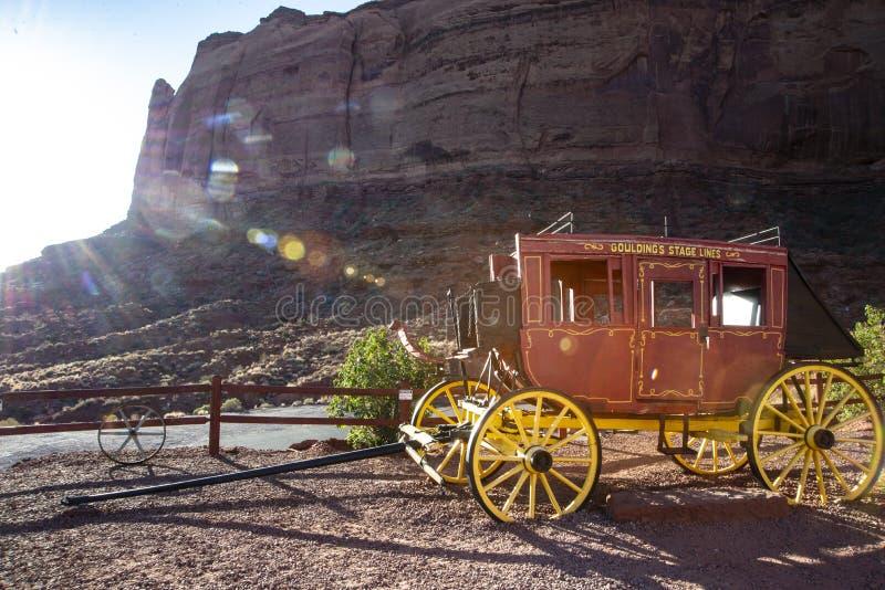 Ein alter roter Stagecoach ist auf Anzeige im Bogen-Nationalpark lizenzfreie stockbilder