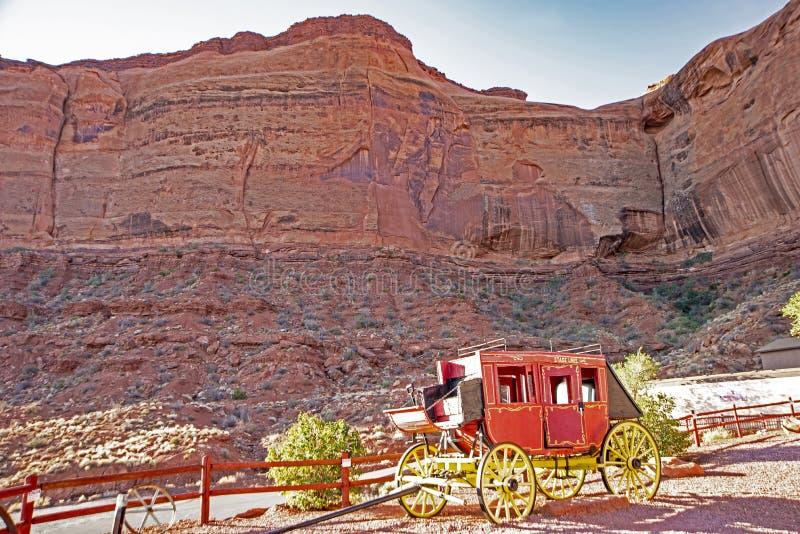 Ein alter roter Stagecoach ist auf Anzeige im Bogen-Nationalpark stockfoto