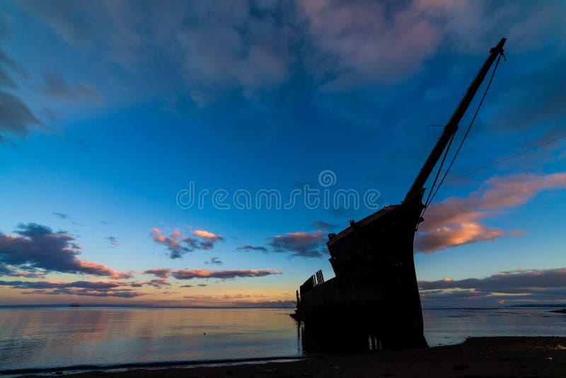 Ein alter Schiffbruch auf Küstenlinie stockfotografie