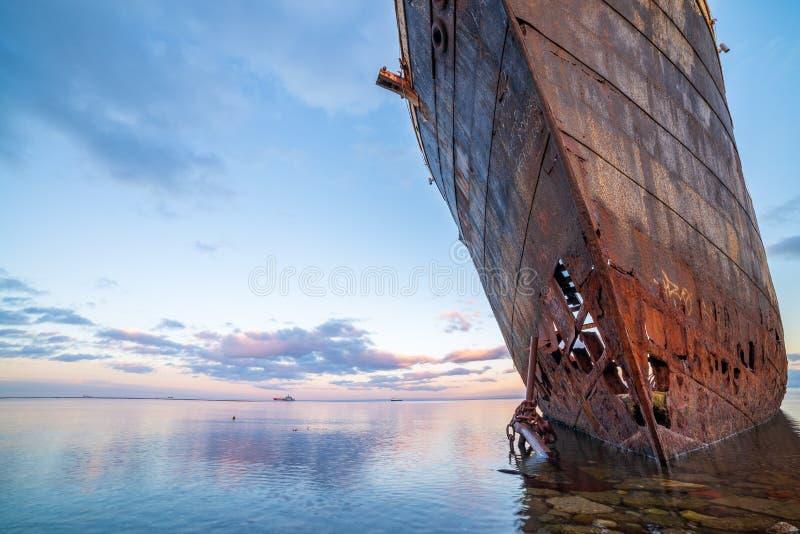 Ein alter Schiffbruch auf Meer stockbild