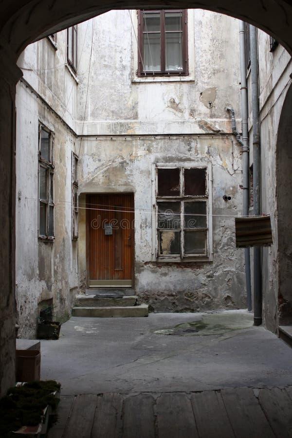 Ein alter schmutziger Hinterhof lizenzfreies stockbild