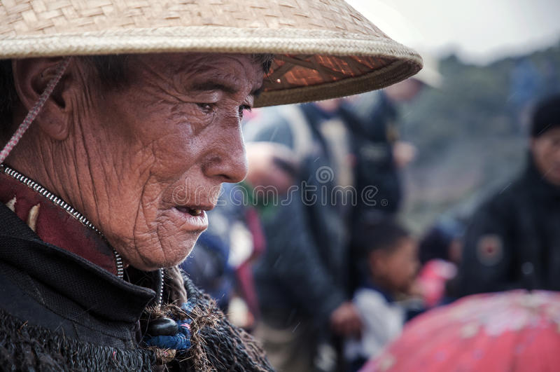 Ein alter Stammeshäuptling von Yi-Leuten lizenzfreie stockfotografie