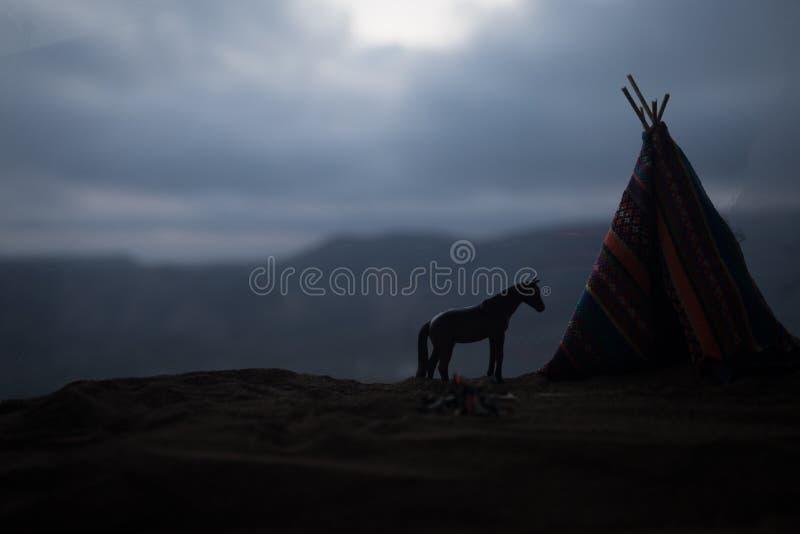 Ein alter Tipi des amerikanischen Ureinwohners in der Wüste lizenzfreie stockfotos