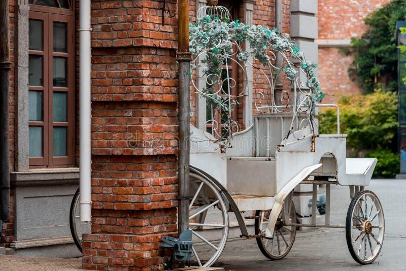 Ein alter Weißmetalllastwagen in der Straße lizenzfreie stockbilder