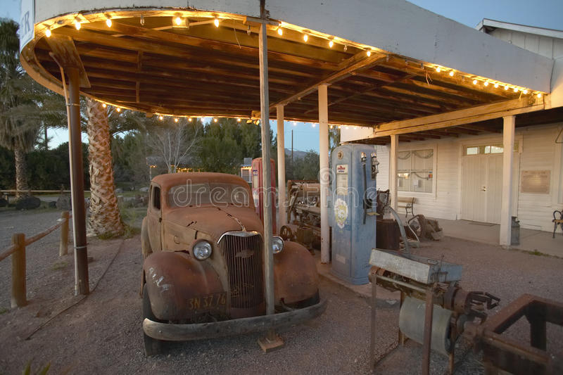 Ein altes Auto an einer alten antiken Tankstelle in Kalifornien nahe Nationalparkeingang Death Valley stockfoto