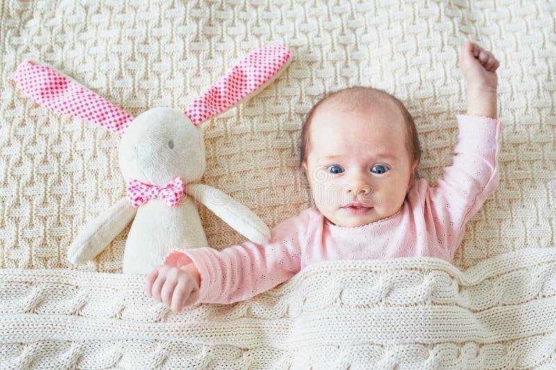 Ein altes Baby des Monats mit rosa Häschen stockfotos