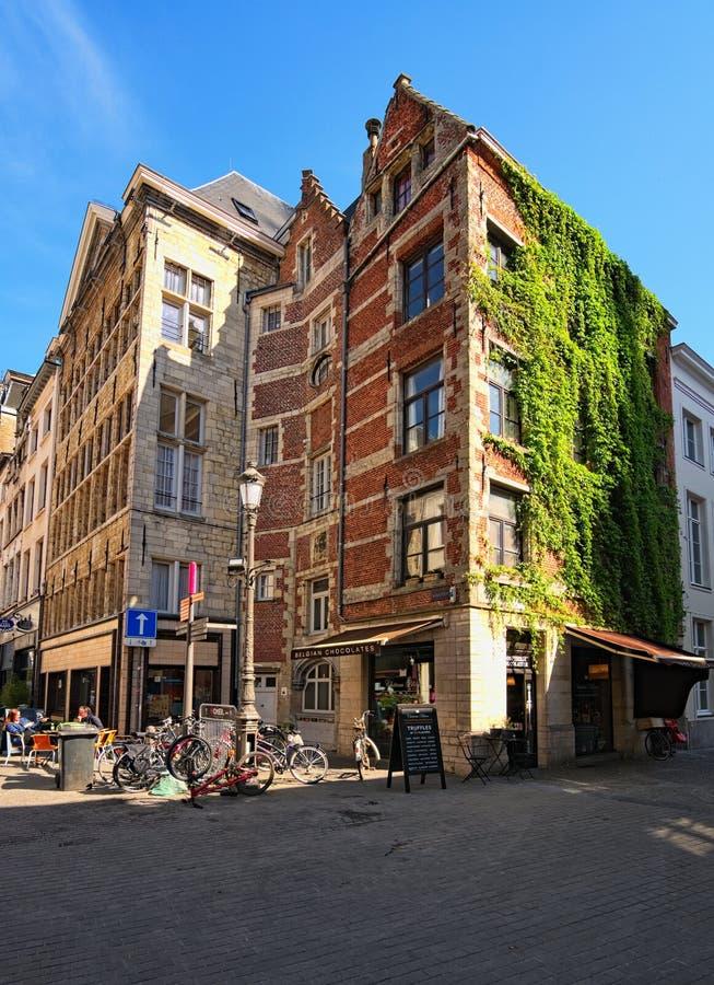 Ein altes Backsteinhaus mit einem Café auf dem ersten Stockwerk Traditionelle flämische Architektur stockfoto