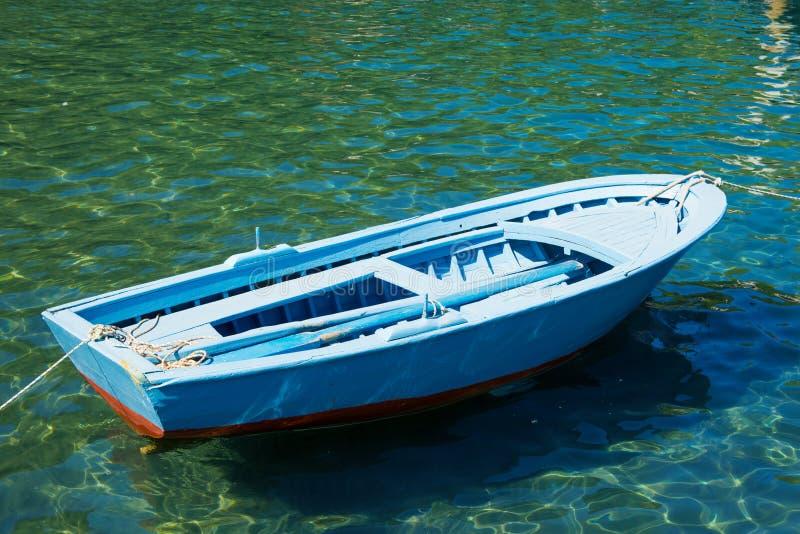 Ein altes Boot nahe einer Holzbrücke auf einem schönen See Fischerboot auf dem Pier stockfotos