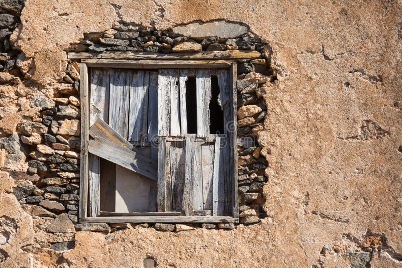 Ein altes Fenster abgehalten mit Holz stockfotografie