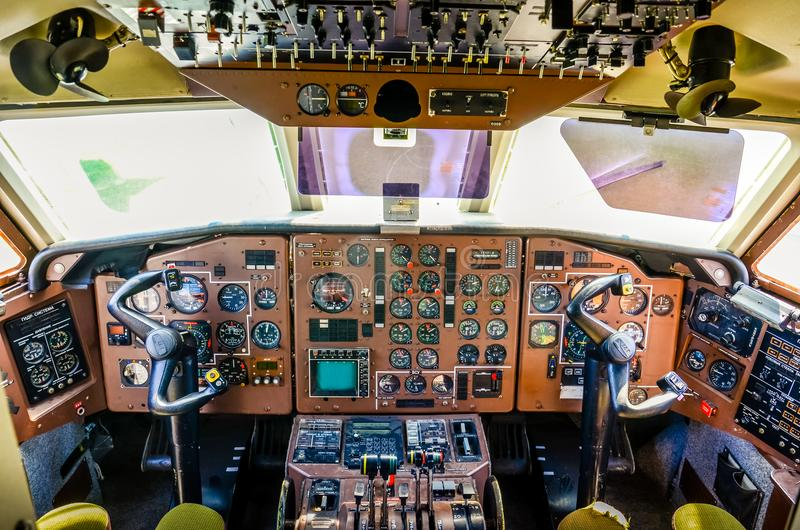 Ein altes Flugzeugcockpit lizenzfreie stockfotos