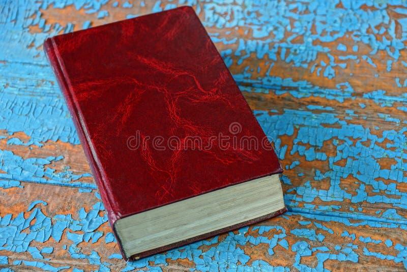 Ein altes geschlossenes Buch mit einer roten Abdeckung lizenzfreies stockbild