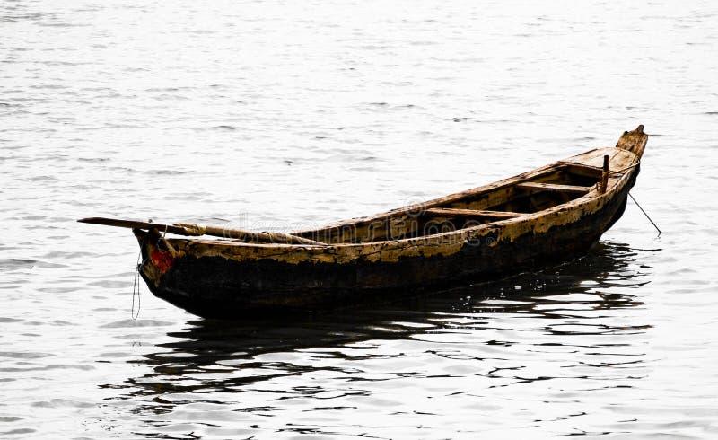 Ein altes hölzernes Boot bereit zu einer Fahrt lizenzfreie stockfotografie