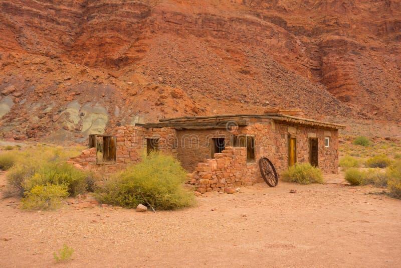Ein altes Haus in der Wüste lizenzfreie stockbilder