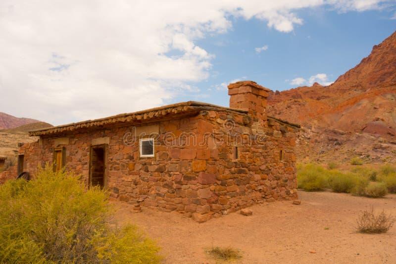 Ein altes Haus in der Wüste stockbilder