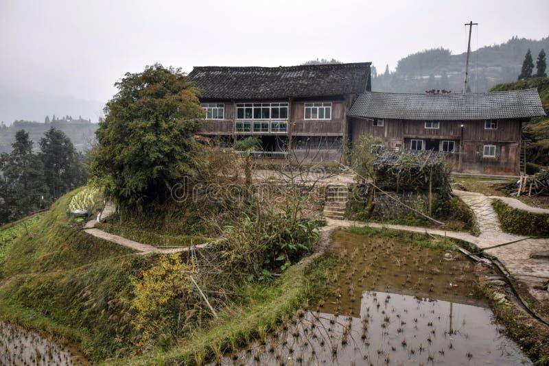 Ein altes Holzhaus und terassenförmig angelegten Reisfelder hoch in den Bergen von Guizhou-Provinz in China stockfotos