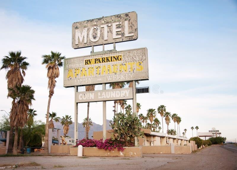 Ein altes kennzeichnen vorbei altes Motel in Arizona, USA lizenzfreie stockfotos