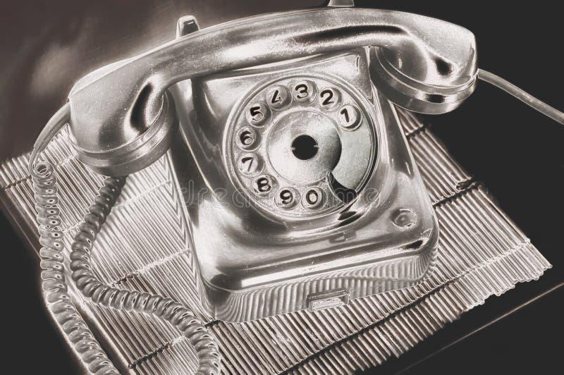 Ein altes silbernes Skalascheibentelefon in futuristischem auf einem Standdunkelheitshintergrund an auf dem Tisch verarbeiten lizenzfreies stockfoto