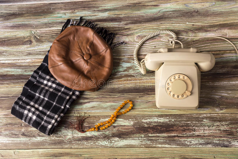 Ein altes Telefon auf einem Holztisch lizenzfreie stockfotos