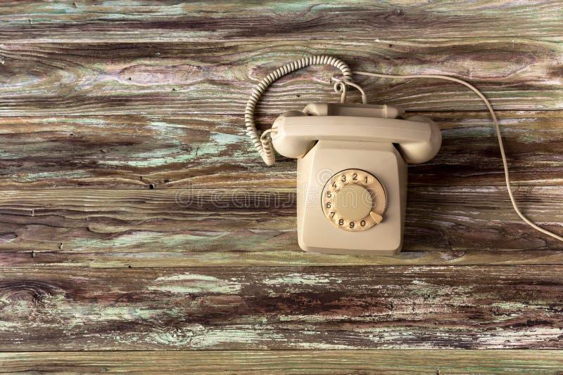 Ein altes Telefon auf einem Holztisch lizenzfreies stockfoto