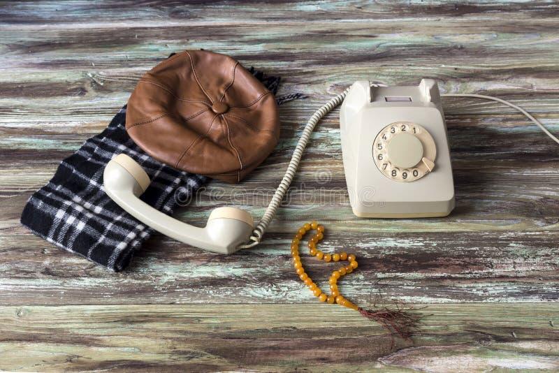 Ein altes Telefon auf einem Holztisch stockfotos
