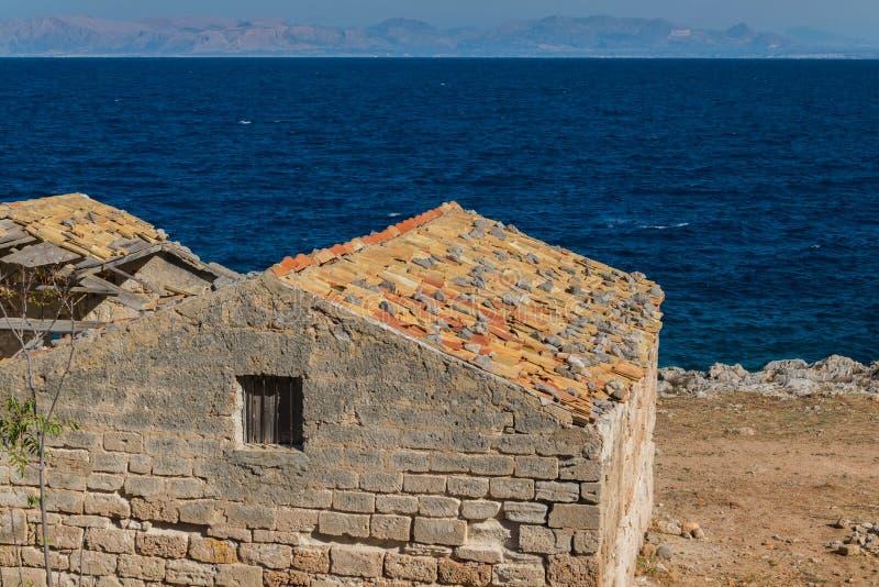 Ein altes verlassenes Haus nah an dem Meer lizenzfreie stockbilder