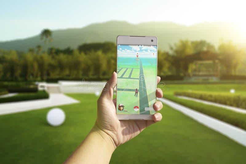 Ein Android-Benutzer unterzeichnen oben Pokemon gehen draußen stockbild