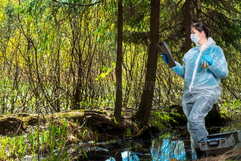 ein anerkannter Wissenschaftler studiert die Eigenschaften des Wassers stockfotografie