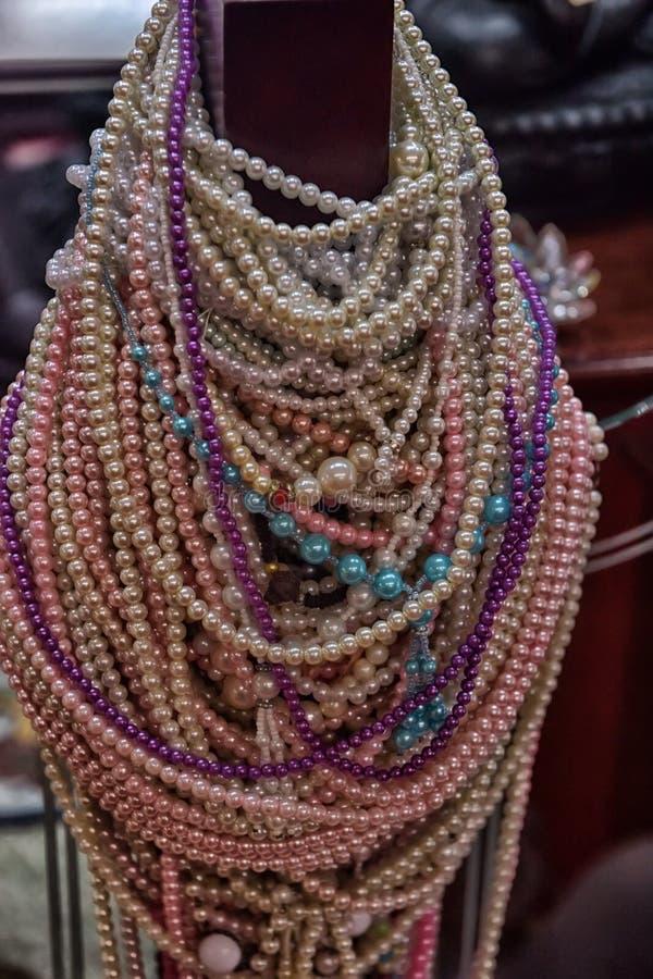 Ein Angebot den Göttern in Form von Perle bördelt im Tempel stockfoto