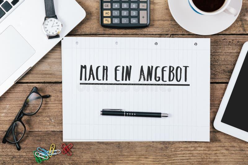 Ein Angebot, texte allemand de mach pour Make une offre sur le bloc-notes à o photos libres de droits