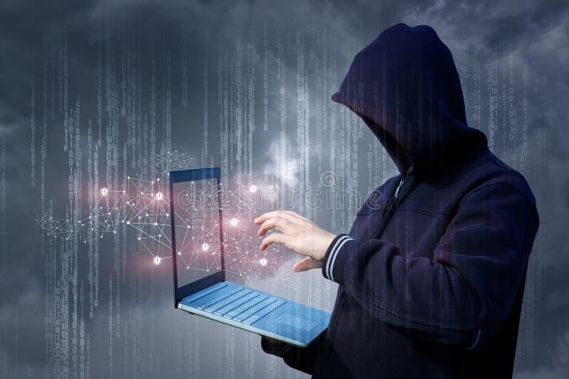 Ein Angreifer auf dem Laptopangriff ein Netz lizenzfreie stockbilder