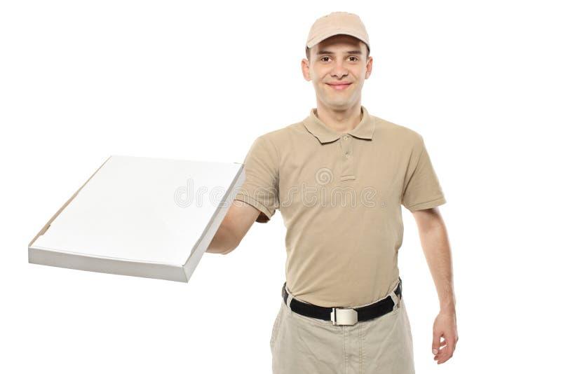 Ein Anlieferungsjunge, der einen Papppizzakasten holt stockfoto