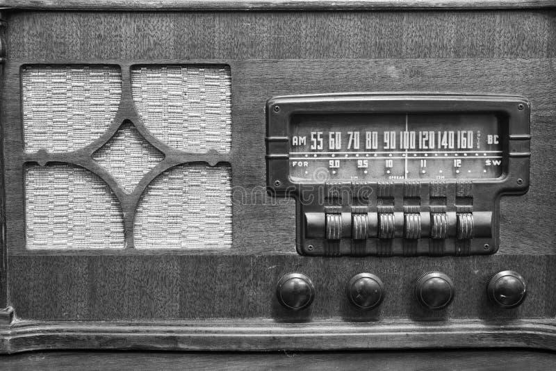 Ein antiker Radio, der viele Frequenzen auf zeigt, wählen II stockbild