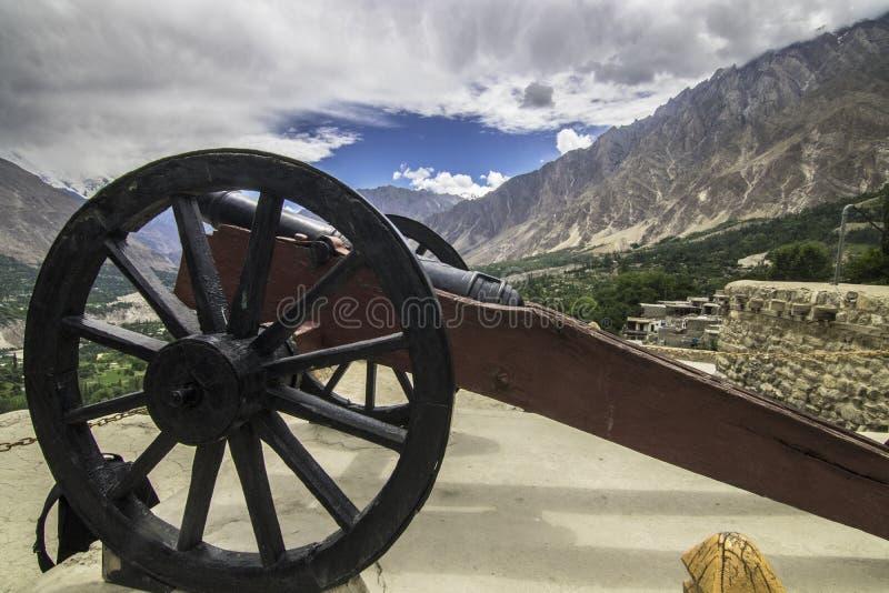 EIN antikes Kanonfeuer ist Plätze heraus mit Seiten versehen das baltit Fort, hunza pakistan lizenzfreies stockbild