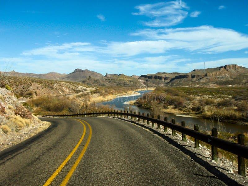 Ein Antrieb durch große Biegungs-Nationalpark, der im Südwesten Texas ist und den gesamten Chisos-Gebirgszug und eine große Schwa stockbild