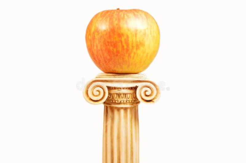 Ein Apfel auf dem Bedienpult stockfoto