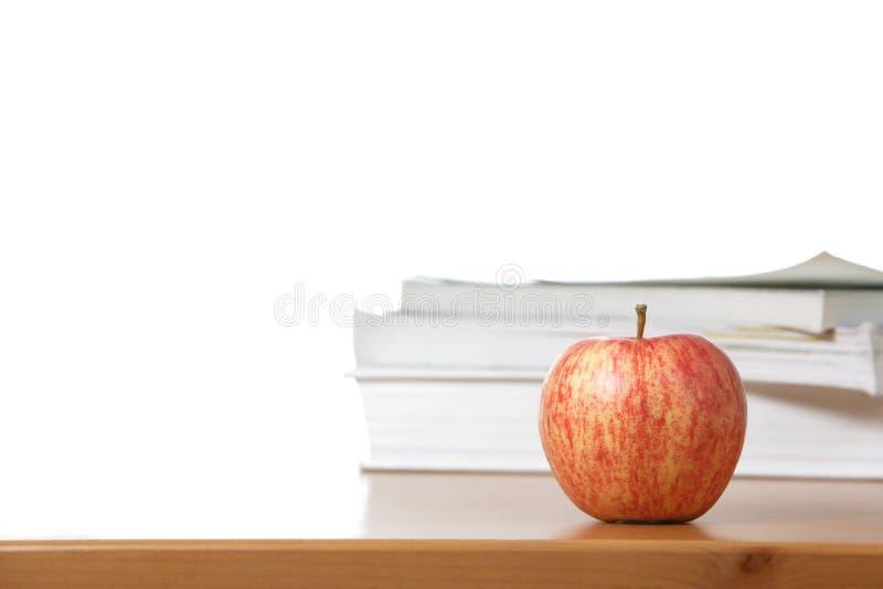 Ein Apfel auf einem Lehrerschreibtisch lizenzfreie stockfotos
