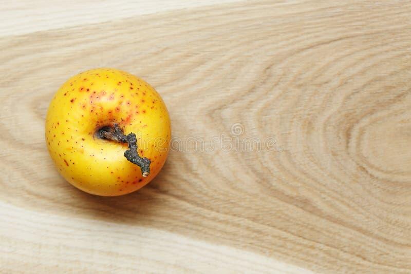 Ein aplle auf Holztisch lizenzfreies stockfoto