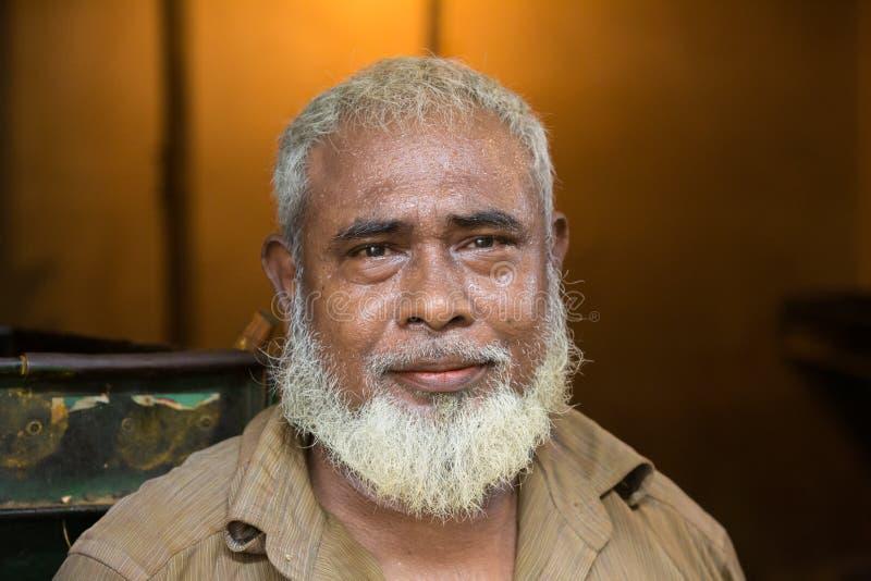 Ein Arbeiterleutegesicht, Dhaka-bangladeshA Arbeiter-Leutegesicht, kommt er gerade von ihrem Arbeitsplatz lizenzfreie stockfotos
