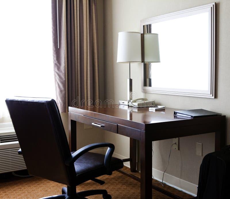 Ein Arbeits-Schreibtisch mit großem ledernem Stuhl lizenzfreie stockfotografie