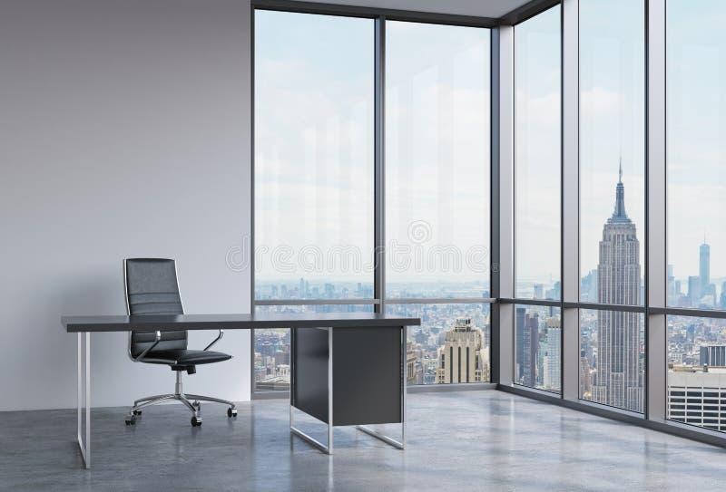 Ein Arbeitsplatz in einem modernen panoramischen Eckbüro in New York, Manhattan Ein schwarzer Lederstuhl und eine schwarze Tabell lizenzfreie abbildung