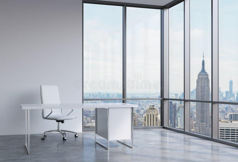 Ein Arbeitsplatz in einem modernen panoramischen Eckbüro in New York, Manhattan Ein weißer Lederstuhl und eine weiße Tabelle stockfotografie