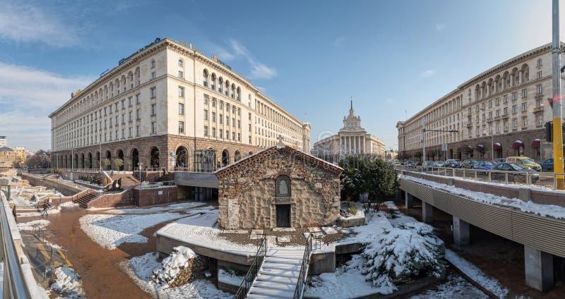 Ein Architekturensemble von drei sozialistischen Klassizismusgebäuden in zentralem Sofia, die Hauptstadt von Bulgarien lizenzfreies stockfoto