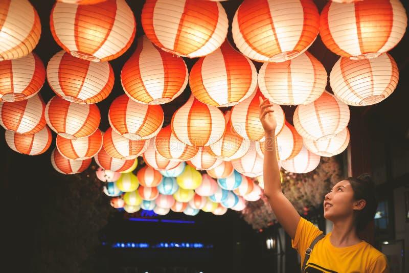 Ein asiatischer Lampenfall im Festival des neuen Jahres nachts stockfoto
